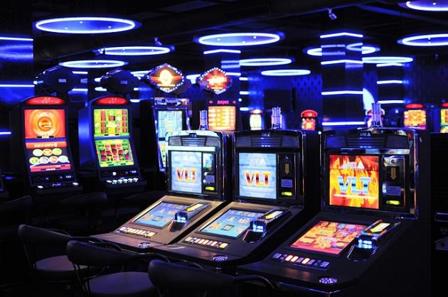 Městům se herny nelíbí, ale to online hazard neovlivní