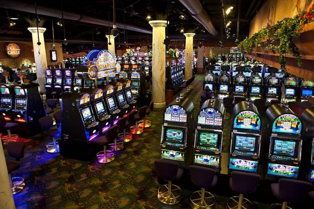 Místo výhry 43 milionů jí kasino nabídlo steak! | Velkou euforii určitě zažila Američanka, když vyhrála 43 milionů dolarů (asi 940 milionů korun) a zároveň také překvapení a zklamání, jakmile jí kasino nabídlo pouze steak. Zkrátka, hazardní hry jsou nevyzpytatelné a když se chvíli cítíte na vrcholu, nemusí tomu tak být. Mladá Američanka si přišla zahrát výherní automaty a určitě nečekala, co se stane. Zda svou výhru někdy uvidí je ve hvězdách.